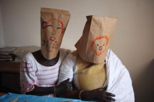 Hignett_'Twee vrouwen met zelfportret maskers'