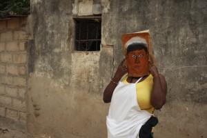 Hignett_Vrouw draagt haar selfportret masker'